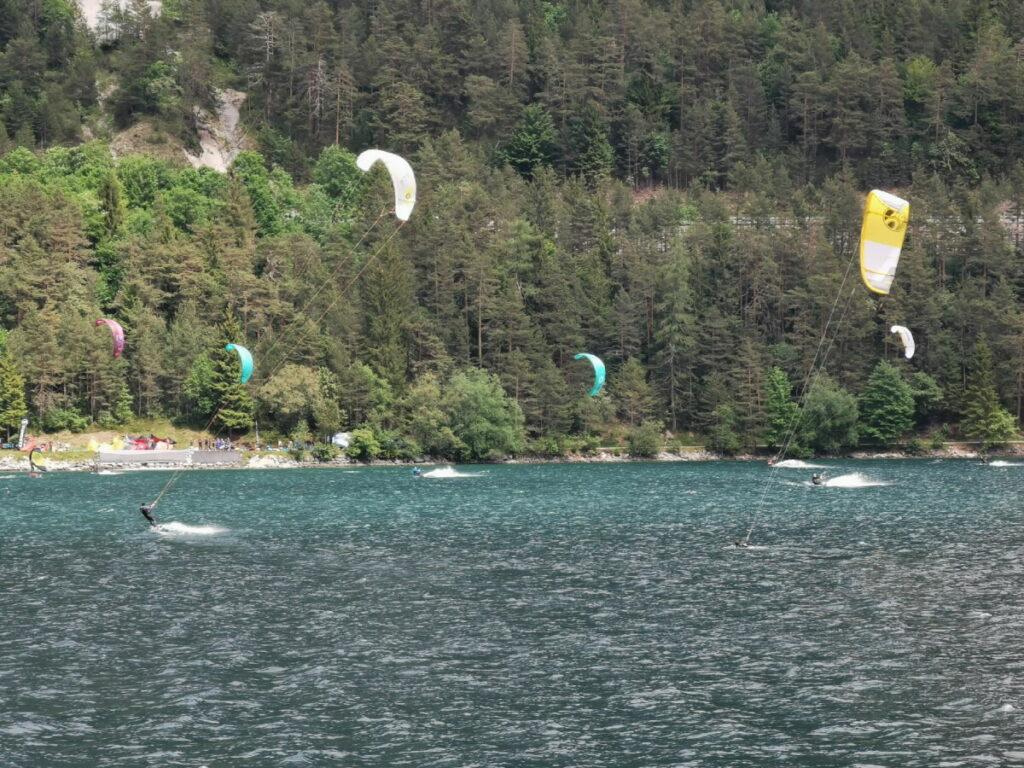 Die Kitesurfer bei der Achensee Schifffahrt beobachten
