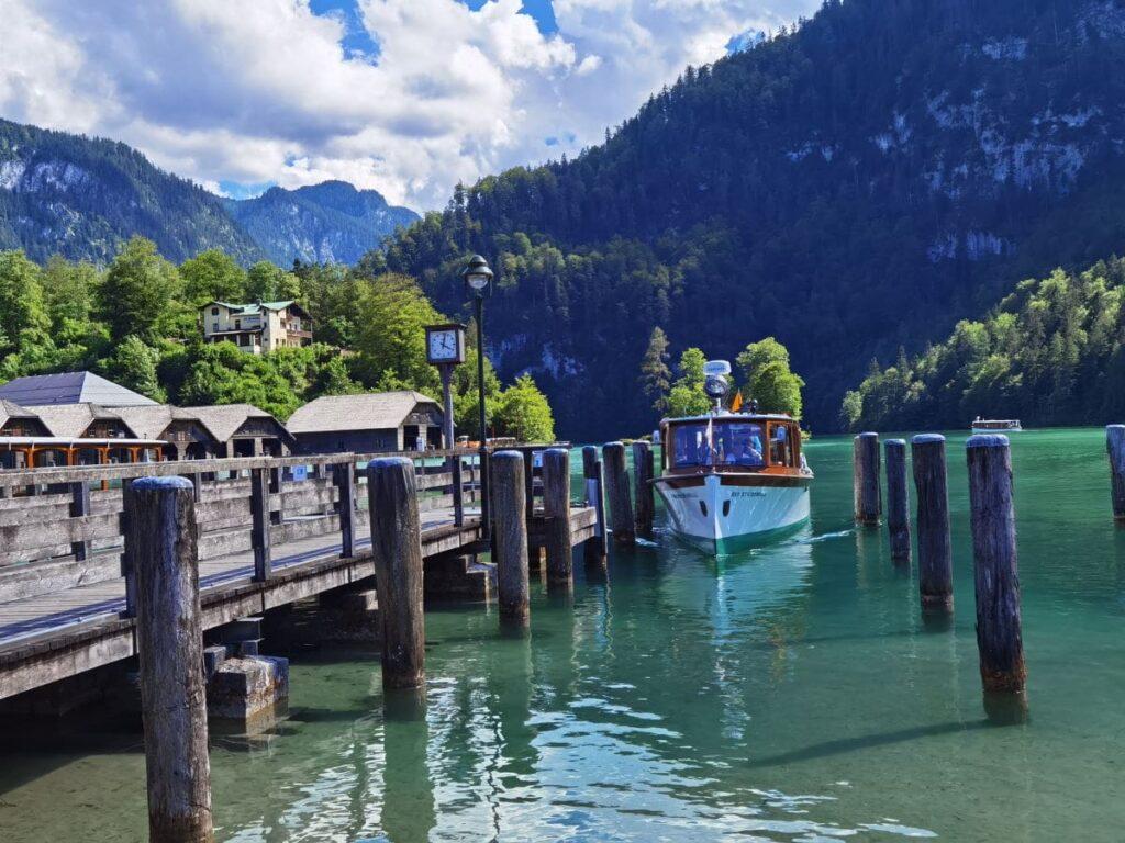 Im kleinen Hafen am See die Boote bestaunen und dann links zum Königssee Malerwinkel abbiegen