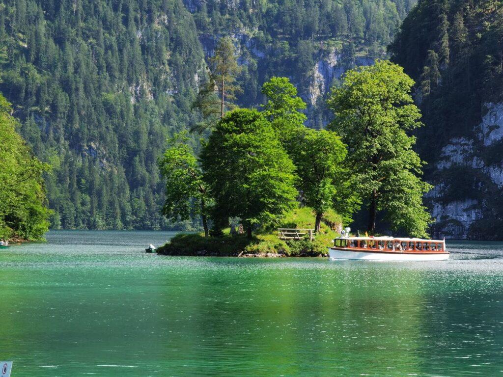 Ausflug am Königssee mit Kindern - vorbei geht es an der einzigen Insel des Sees, die Insel Christlieger