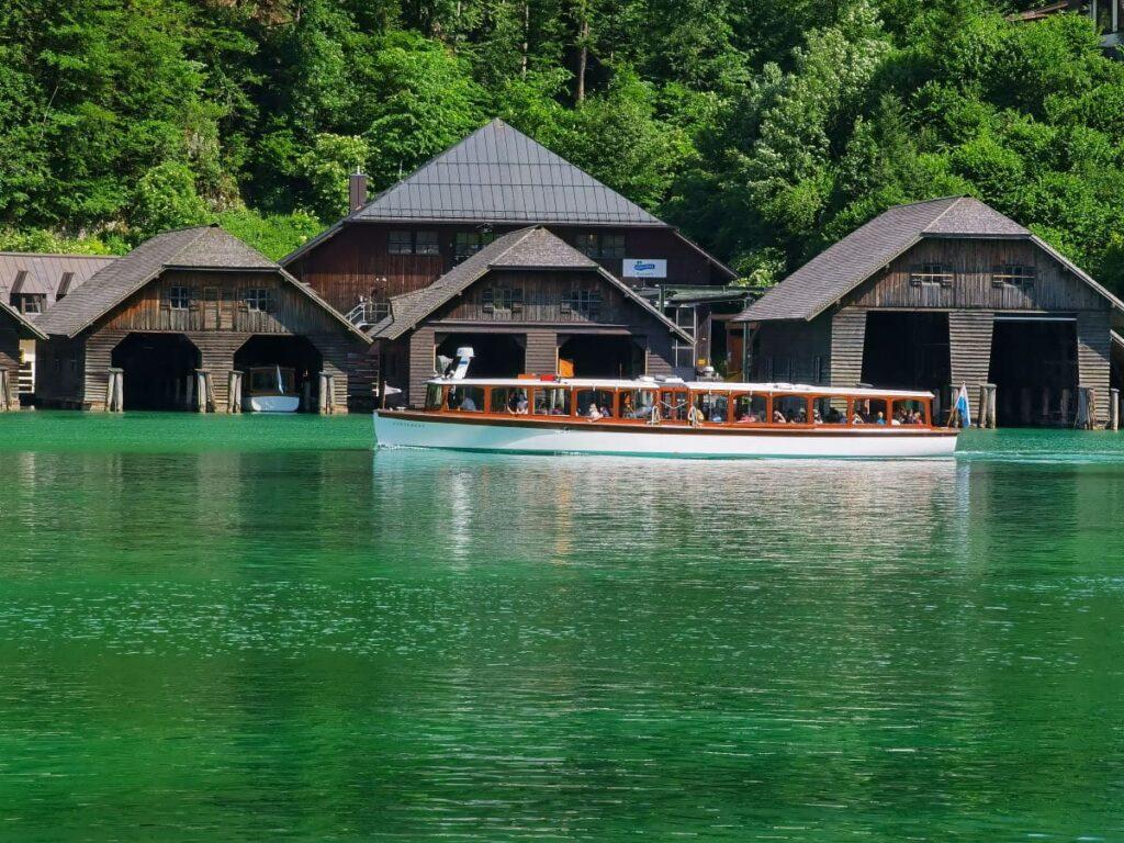 Ausflug am Königssee mit Kindern mit dem Schiff über den See - türkisgrün schimmert das Wasser bei Sonnenschein