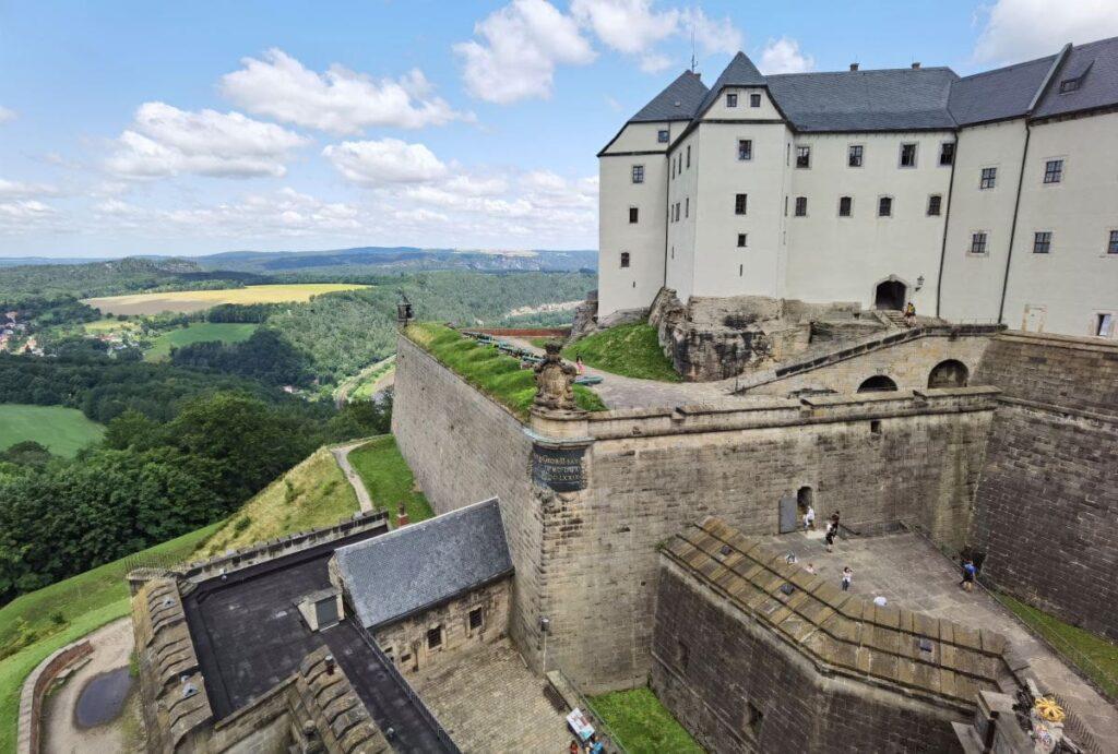 Blick von der Festungsmauer auf einen Teil der Festung Königstein
