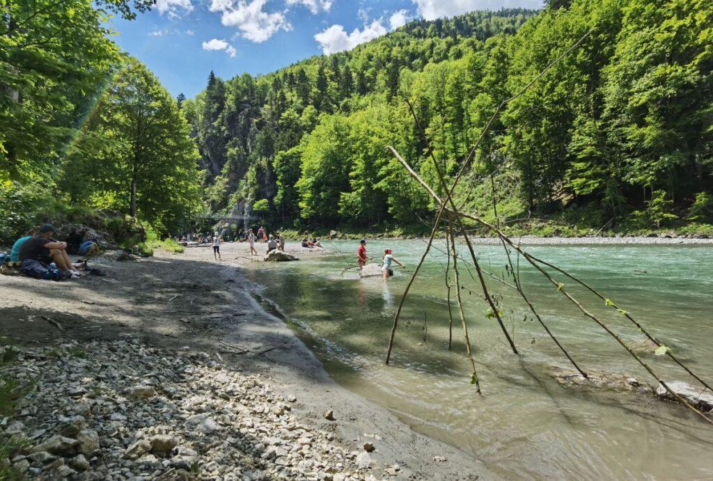 Kössen Klamm - Genuß im Sommer: Schatten, Wasser und Sandstrand