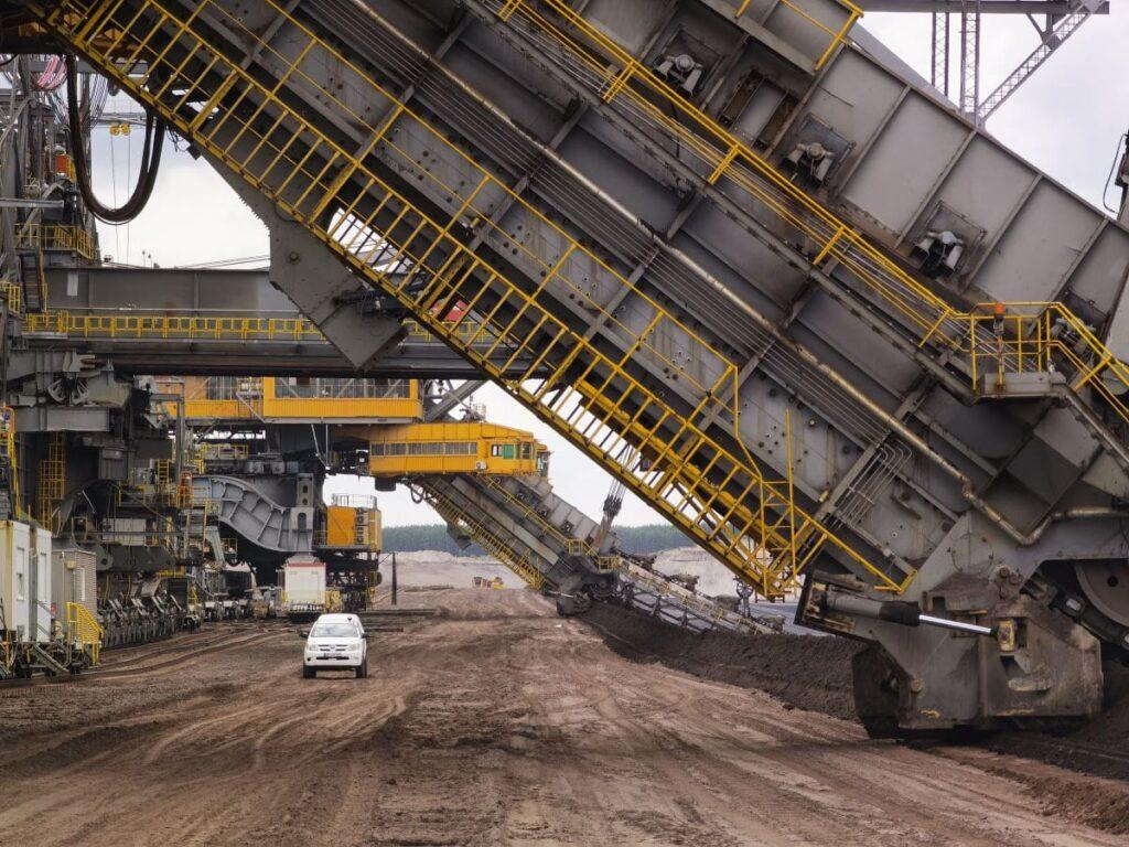 Bei der Kohletagebau Besichtigung - beachte die Dimensionen: Der weiße Pickup gegenüber dem Tagebaubagger