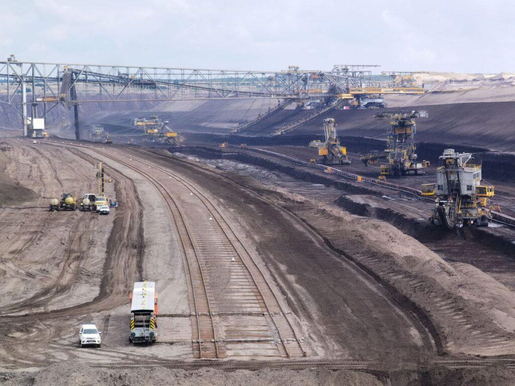 Blick in den Kohletagebau Welzow Süd - in einer Mondlandschaft stehen hochhaushohe Maschinen