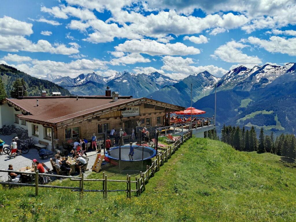 Das ist die einzigartige Lage der Kreuzwiesenalm - mit Blick auf die Zillertaler Alpen