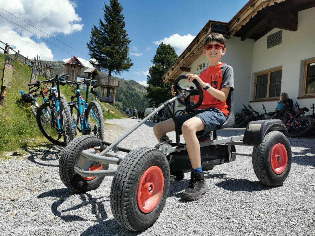 Auf der Kreuzwiesenalm mit Kindern - das große Kettcar wird ausprobiert