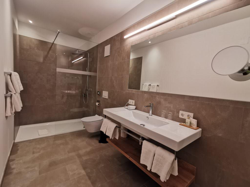 Familienhotel Brandnertal Lagant Brand - das neue und geräumige Bad