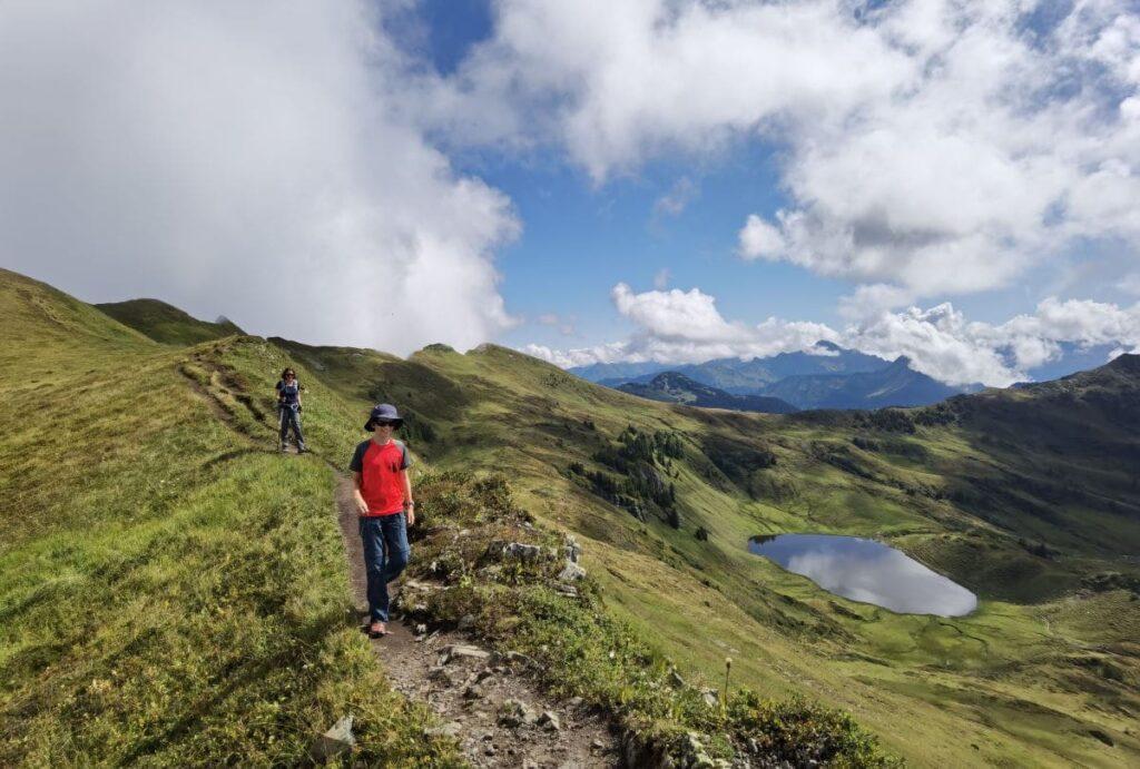 Rund um das JUFA Laterns wandern: Beeindruckende Berglandschaft am Sünser Joch mit Blick auf den Sünser See