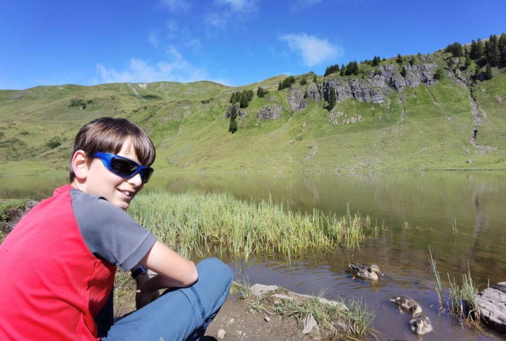 JUFA Laterns: Kurze Pause am Sünser See und die Enten beobachten - so macht in Laterns wandern Spaß