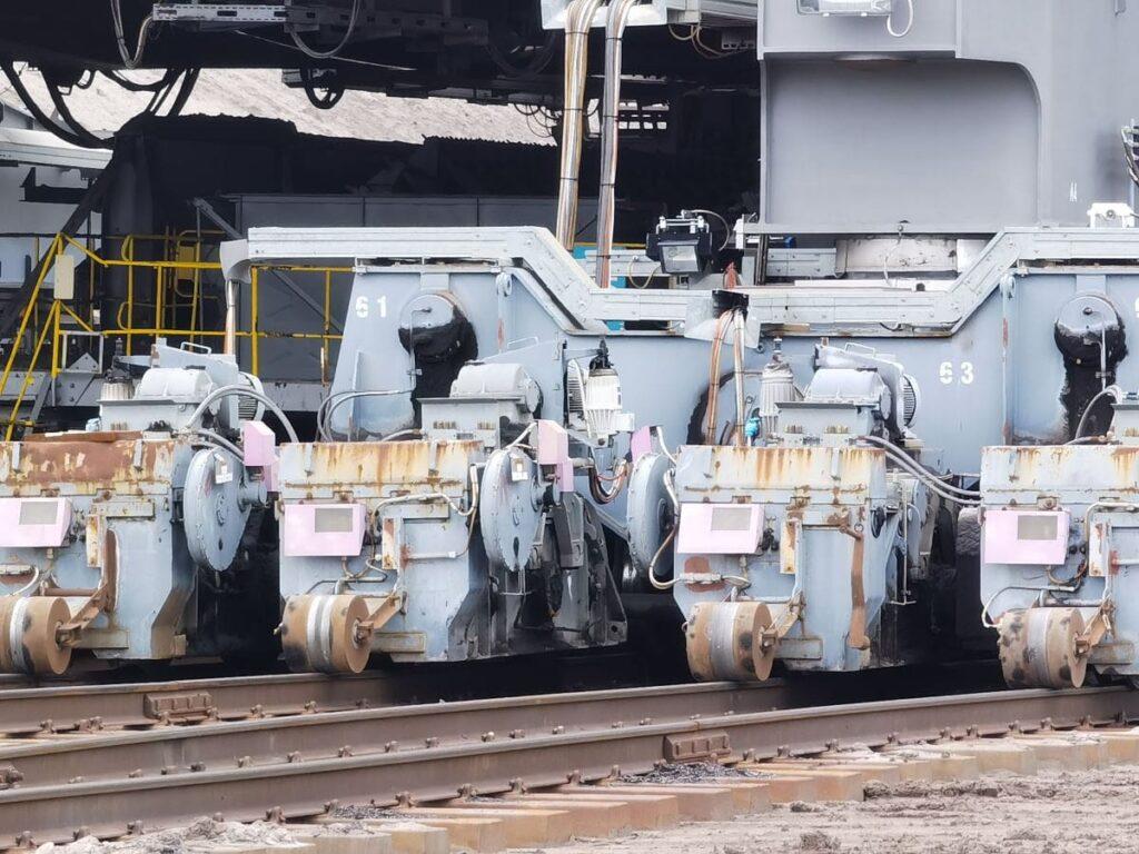 Lausitz Tagebau Besichtigung: Die Maschine fährt auf 2200 Rädern über Eisenbahnschienen