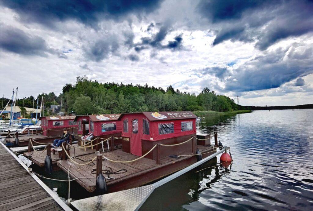 Lausitzer Seenland Floß Tour - ein Floß mieten und über den Senftenberger See fahren. Wir haben es ausprobiert!