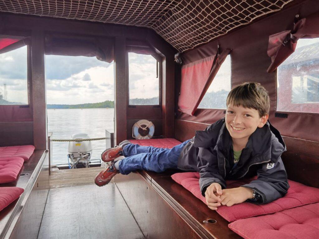 Du kann auf der Lausitzer Seenland Floßtour auch innen in der Kajüte liegen