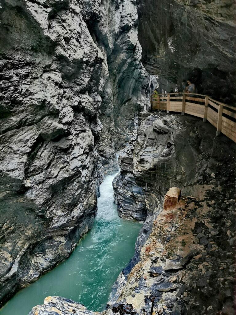 Mitten durch die Felsen geht der Steig in der Liechtensteinklamm