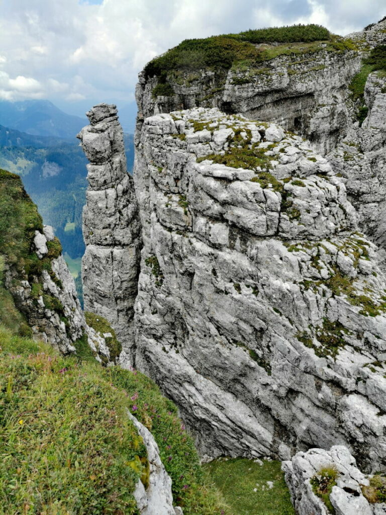 Zum Loser wandern - diese Felsen liegen rechts vom Wanderweg
