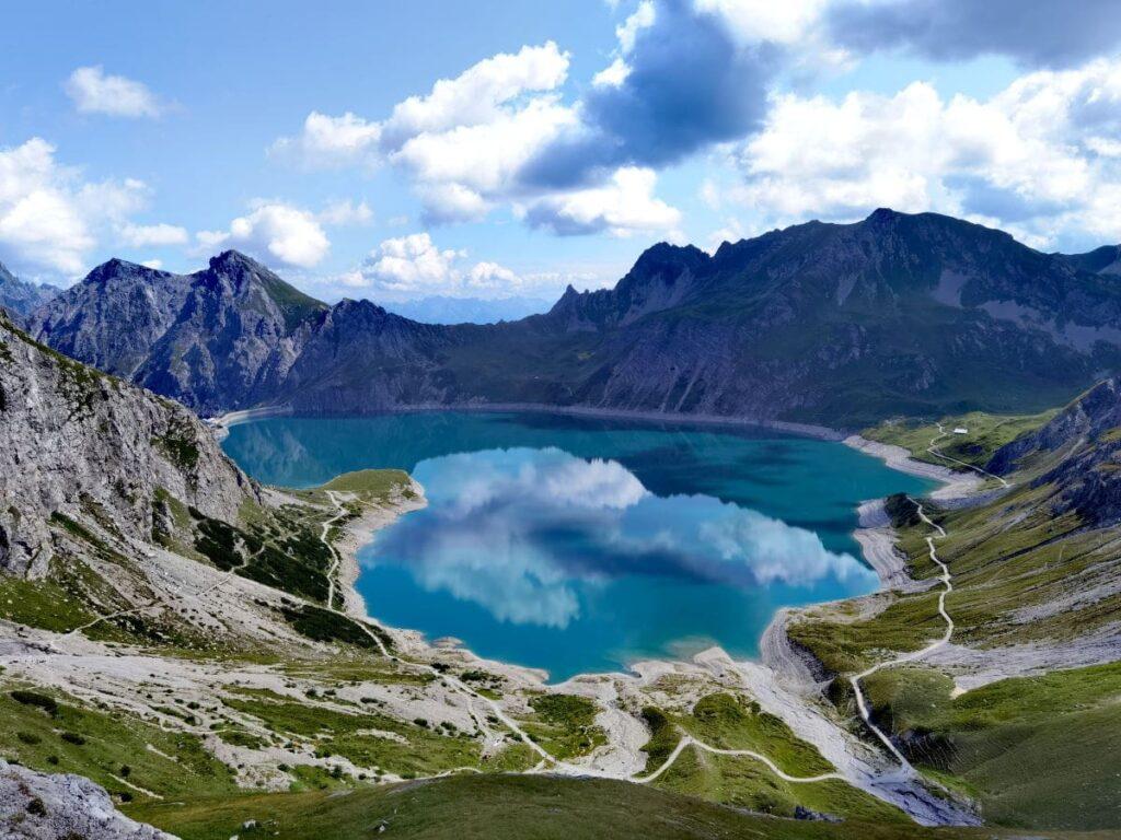 Lünersee Österreich - Ein Wanderweg führt um den türkisgrünen Speichersee in Vorarlberg