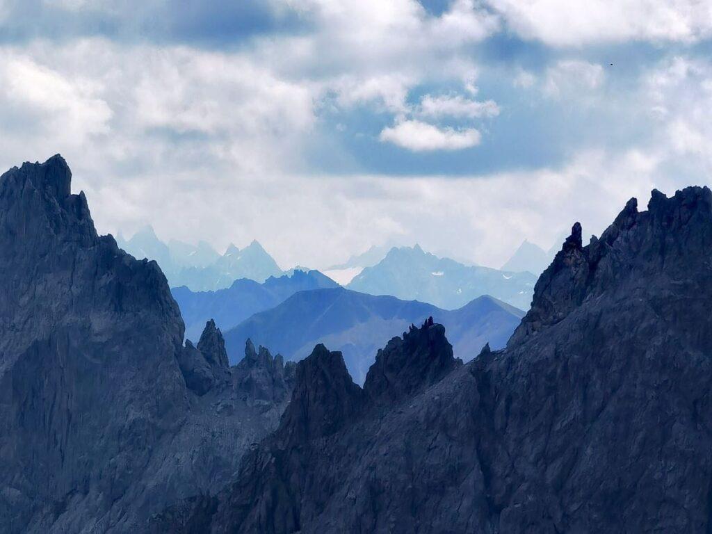 Fernblick auf die Bergspitzen des Rätikon