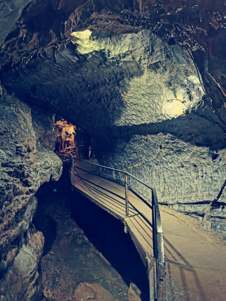 Schön und abenteuerlich - der Weg in die Höhle in Österreich