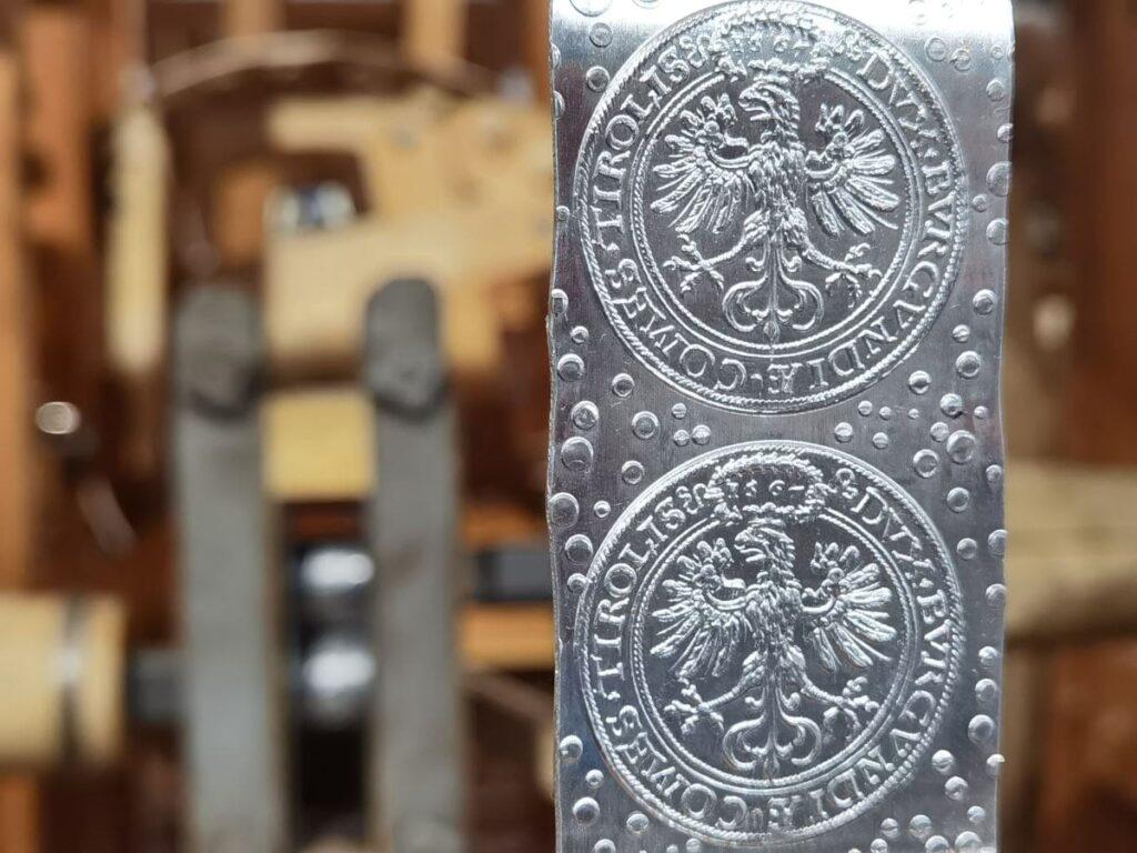 In der Münze Hall wurden mit der Münzprägemaschine diese Münzen hergestellt