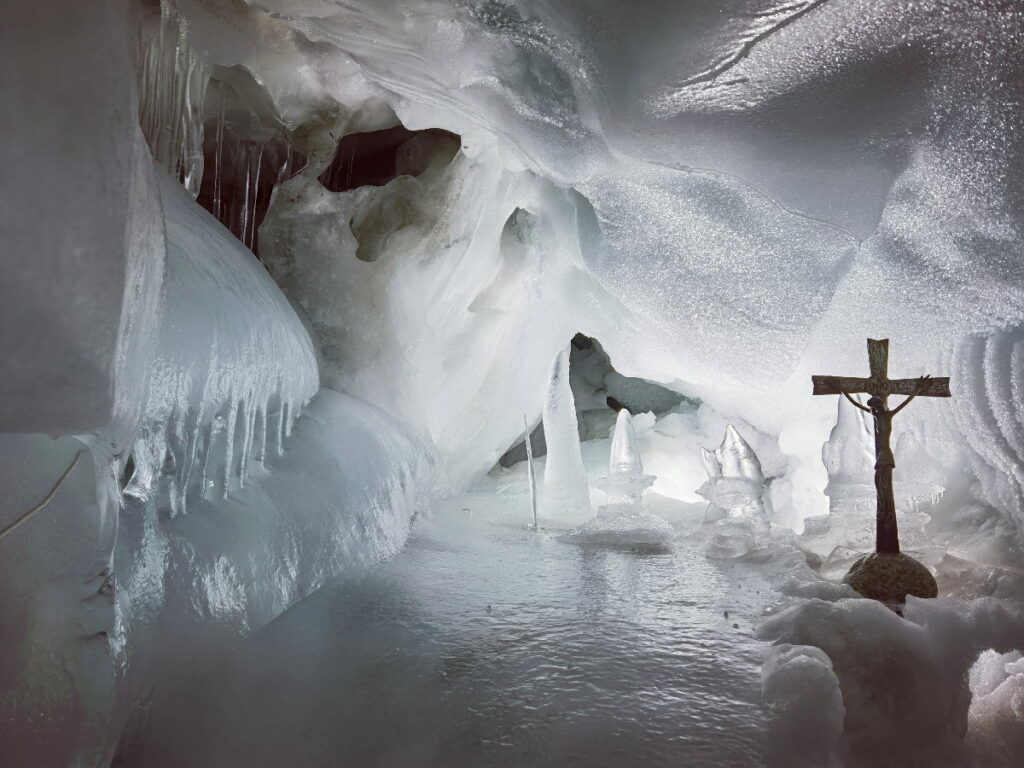 Die Eiskapelle im Natureispalast Hintertux