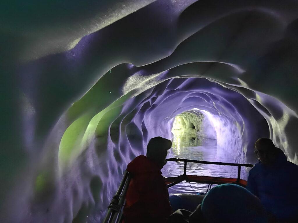 Im Natureispalast mit dem Boot fahren - ein mystisches Erlebnis