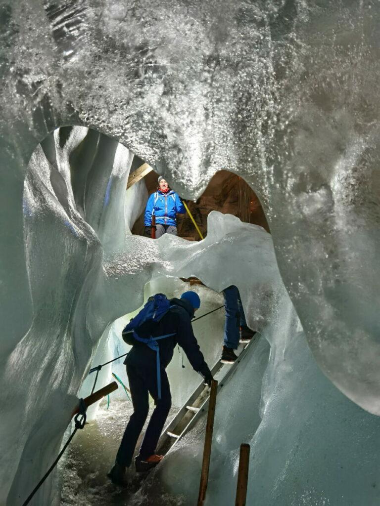 Über Leitern klettern wir durch die Eishöhle im Natureispalast Hintertux