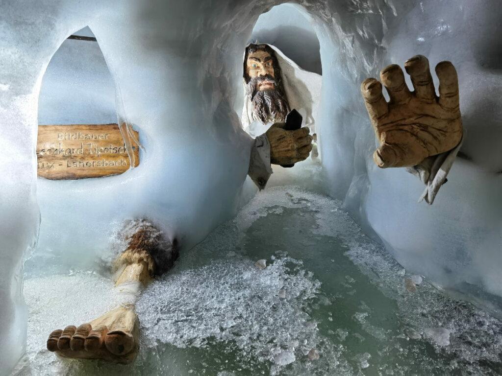 Das ist der Riese im Natureispalast im Hintertuxer Gletscher