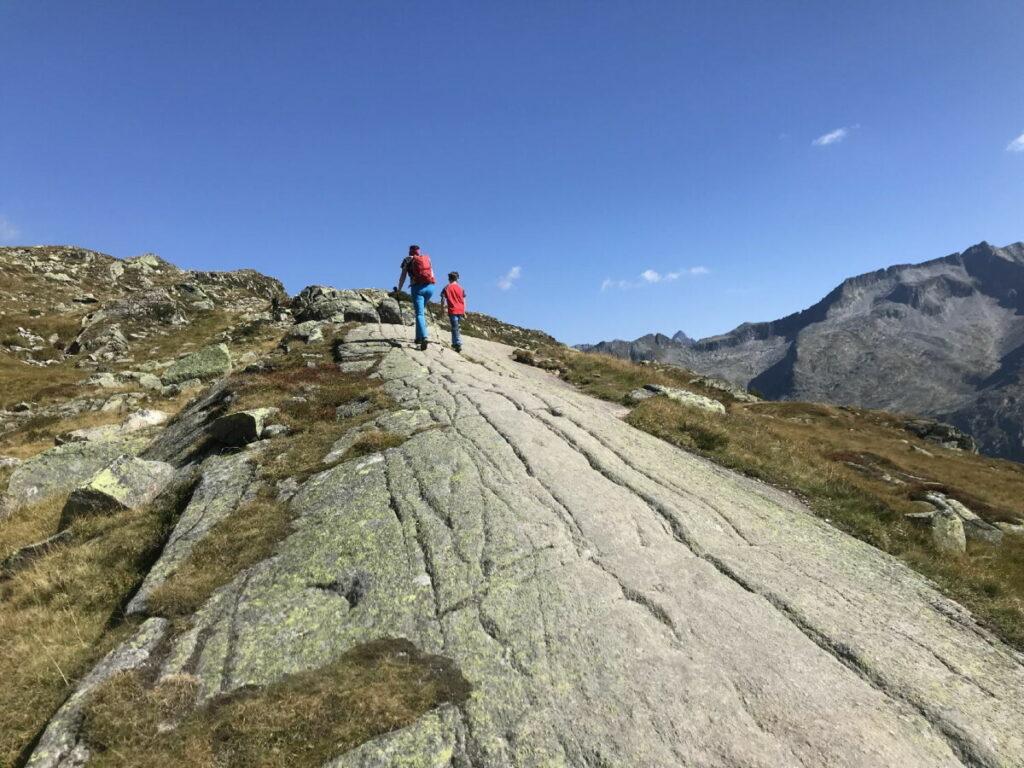 Zur Olperer Hütte wandern - über die großen Felsblöcke