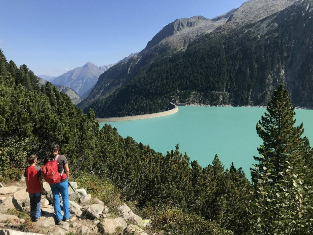 Oben in Tirol wandern - mit Blick auf den Schlegeisspeicher in den Zillertaler Alpen
