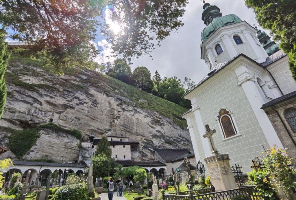 So idyllisch kann ein Friedhof sein: Der Petersfriedhof Salzburg