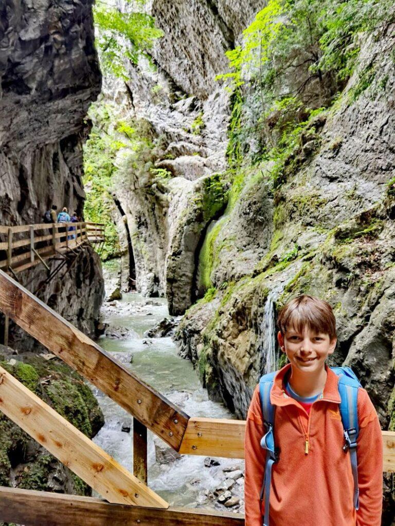 Vom Jufa Laterns nach Dornbirn mit Kindern: Erlebnisreiche Wanderung mit Kindern durch das Rappenloch, die Alplochschlucht und hinauf zum Kirchle
