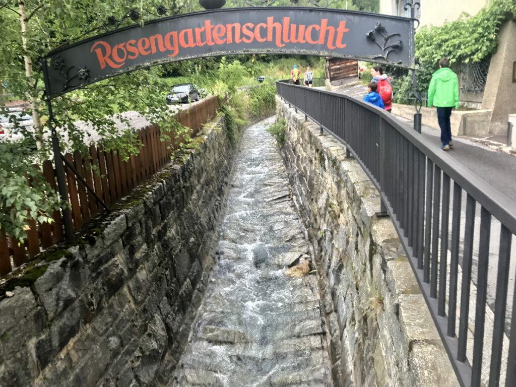 Unser Start in die Klamm Tirol - direkt im Ort bei der Kirche