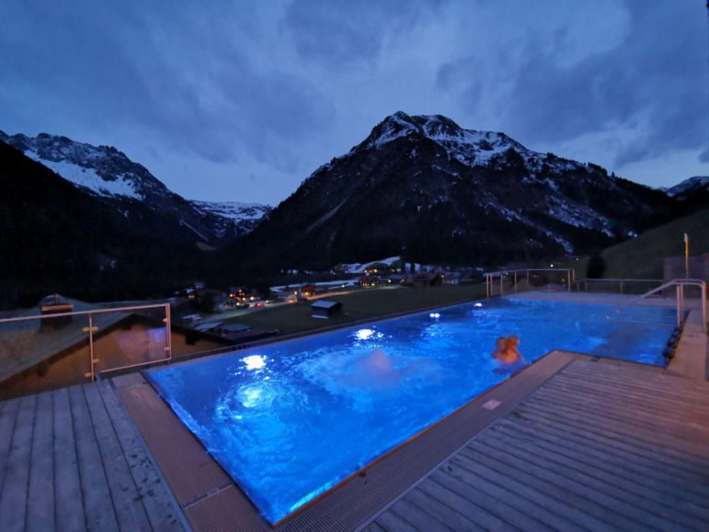 Der Pool im Familienhotel Rosenhof - mit Blick auf die Berge