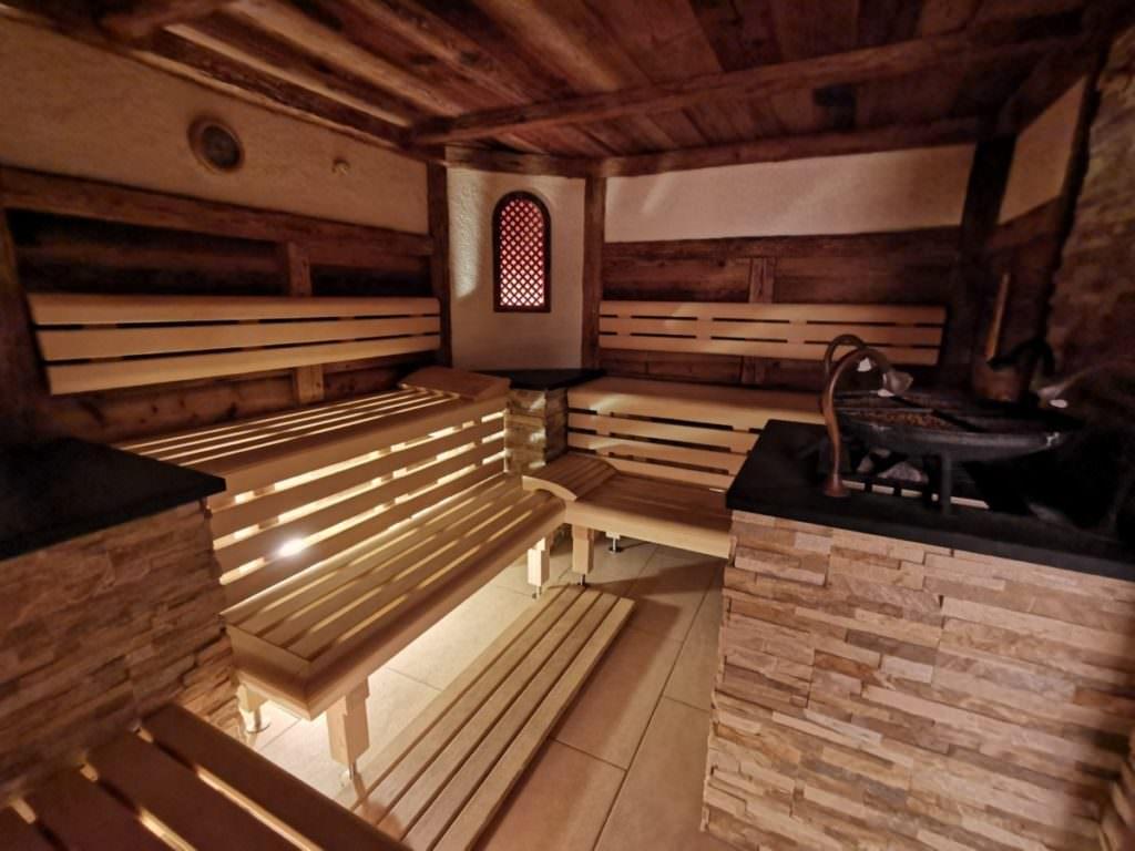 Eine der Saunen im Rosenhof Kleinwalsertal: Die 55 Grad warme Kräutersauna