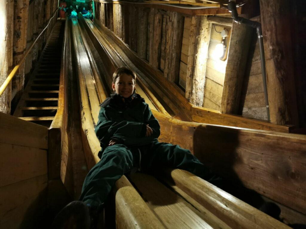 Besonders cool für die Kinder in den Salzwelten Hallstatt - die langen Rutschen aus Holz