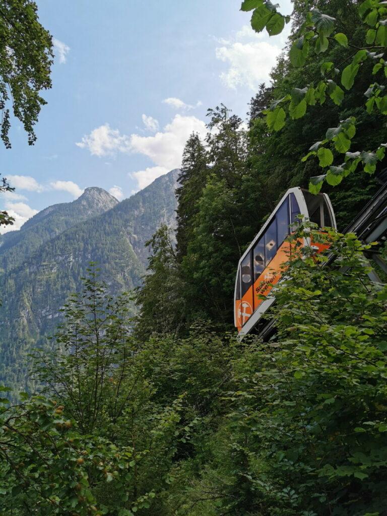 Das Salzbergwerk Hallstatt ist oben am Berg - mit der Salzbergbahn kommst du am