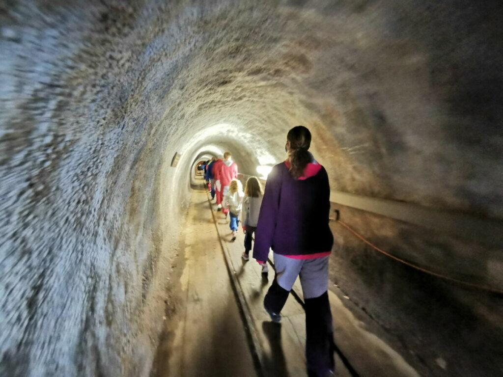 Im Salzbergwerk Hallstatt durch die Stollen wandern