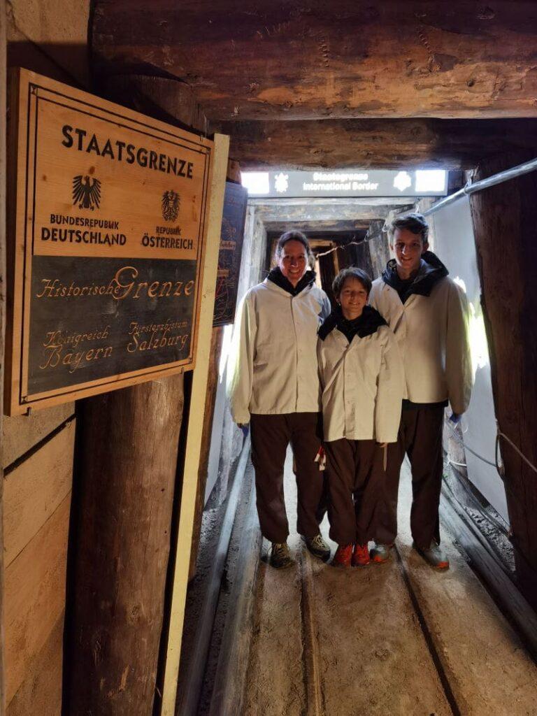 Zur Führung in den Salzwelten Salzburg gehört auch der unterirdische Grenzübergang