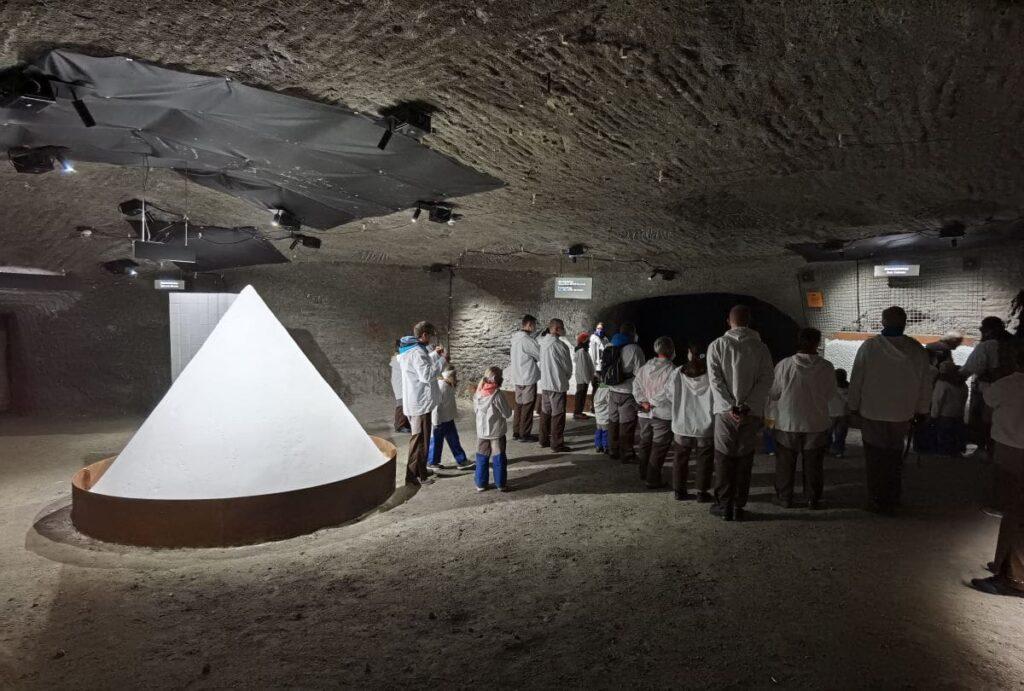 Salz hautnah erleben - links der große Kegel aus Salz im Salzbergwerk Salzburg