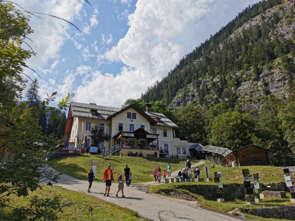 Salzbergwerk Hallstatt liegt am Berg - du kannst mit der Bergbahn hinauf fahren oder zu Fuß wandern