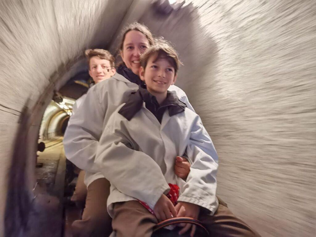 Mit dem historischen Bergwerkszug fahren wir in die Salzwelten Salzburg ein