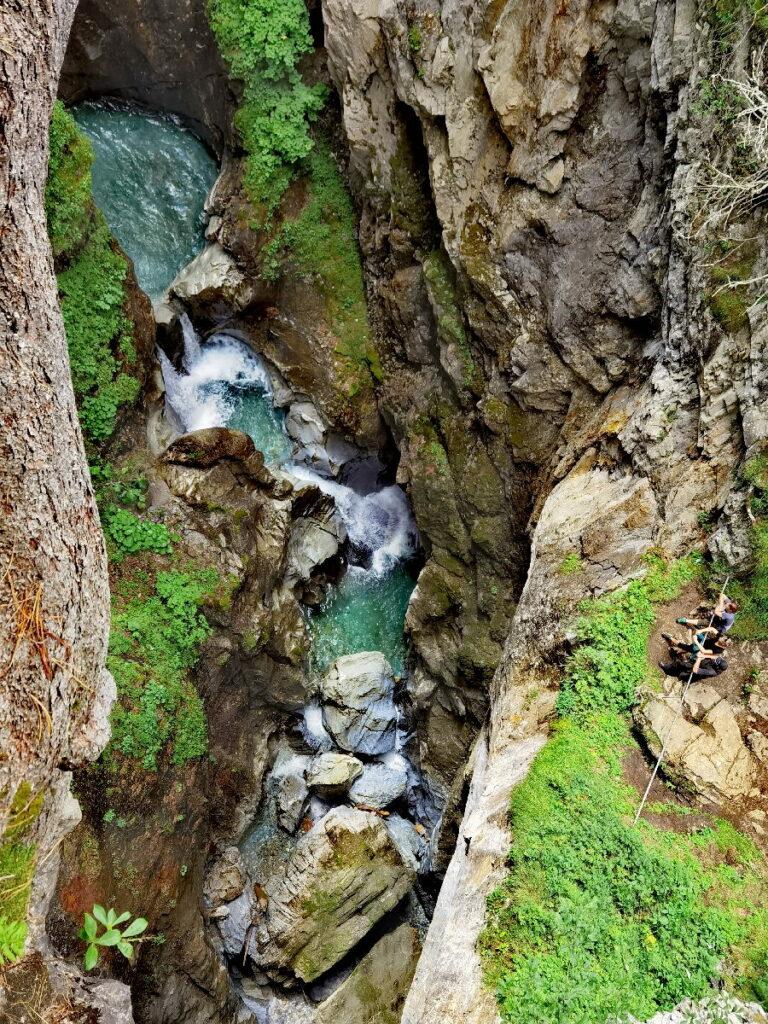 Beeindruckende Zillertaler Wasserfälle in Hintertux - siehst du rechts die kleinen Menschen?