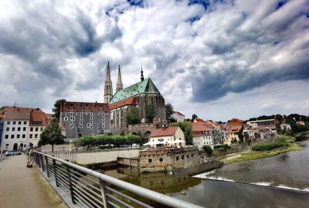 Auf unserem Rundgang durch Görlitz mit Kindern kommen wir auch an die Neisse - sie teilt die Stadt zwischen Deutschland und Polen