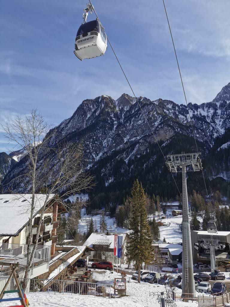 Familienhotel direkt am Skigebiet Brandnertal - links im Bild siehst du das Hotel Lagant