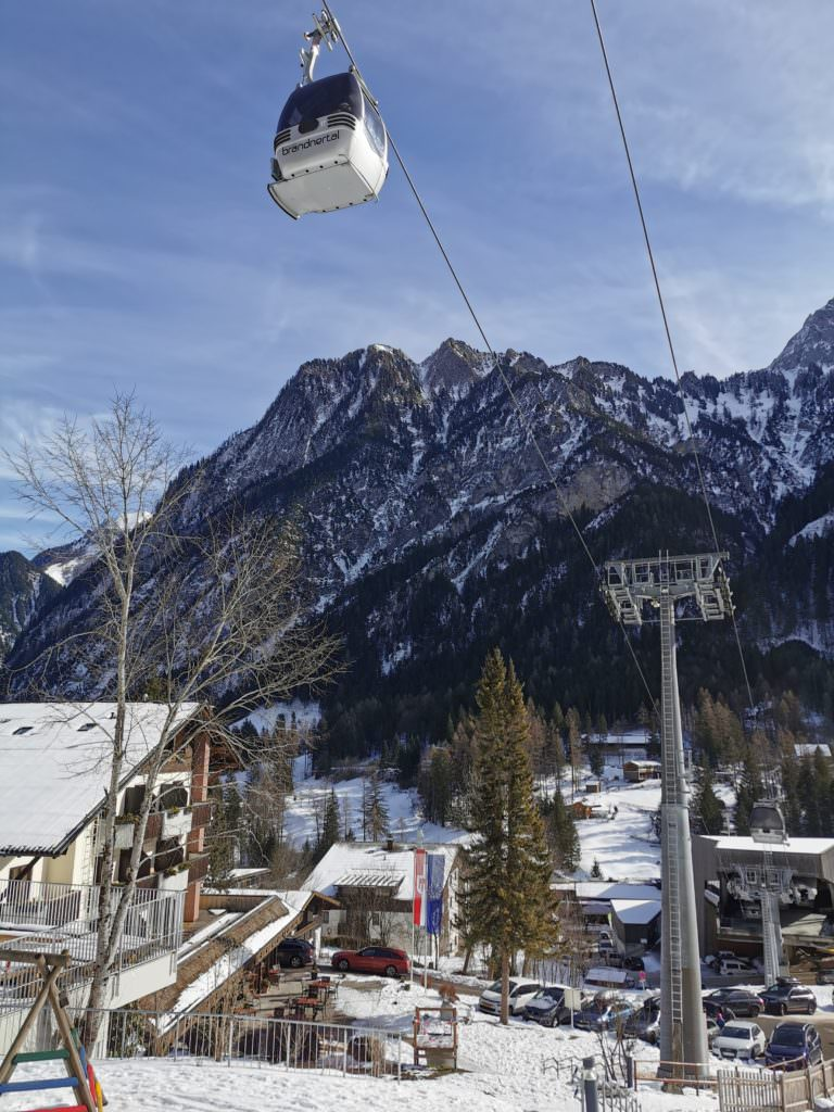 Skigebiet Brandnertal - ab Brand geht´s mit dieser Gondel hinauf. Links im Bild das Familienhotel Lagant
