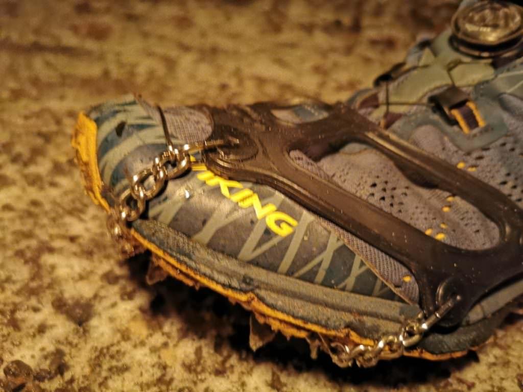 Mit den Snowline Spikes am Schuh haben wir auch bei Eis und Glätte einen super Halt.