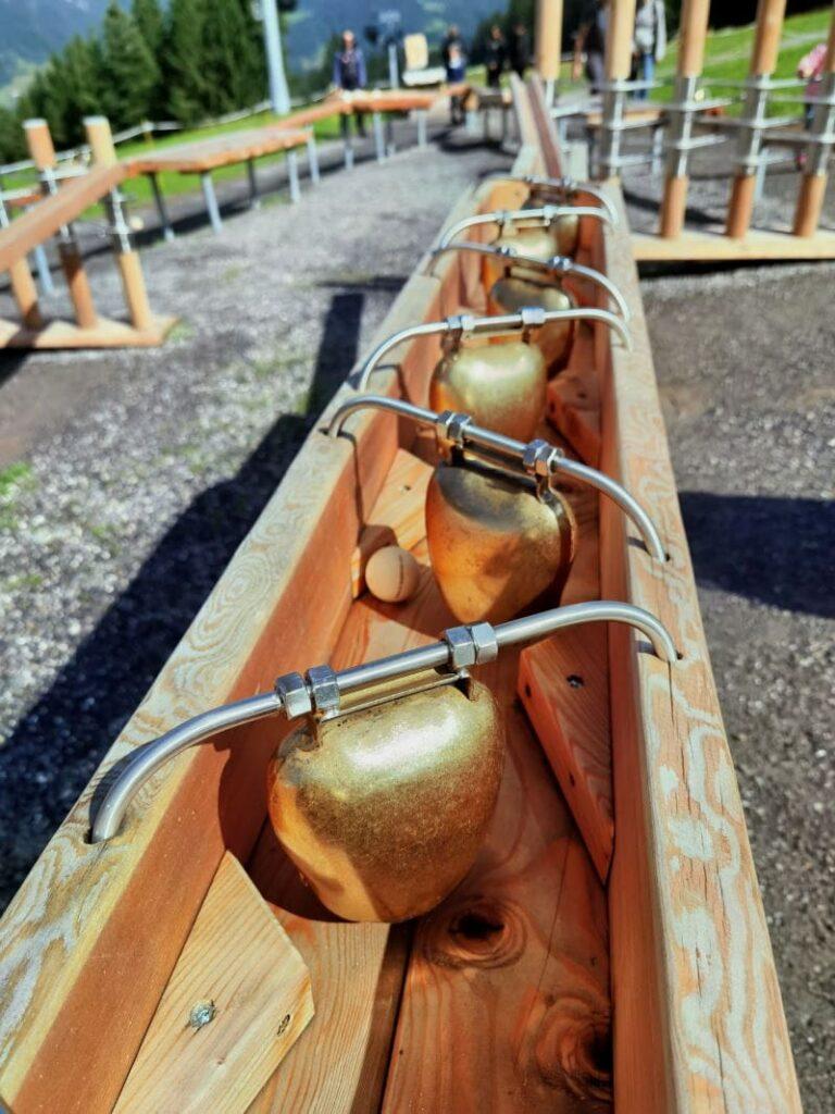 Die Holzkugel bimmelt an jeder Glocke