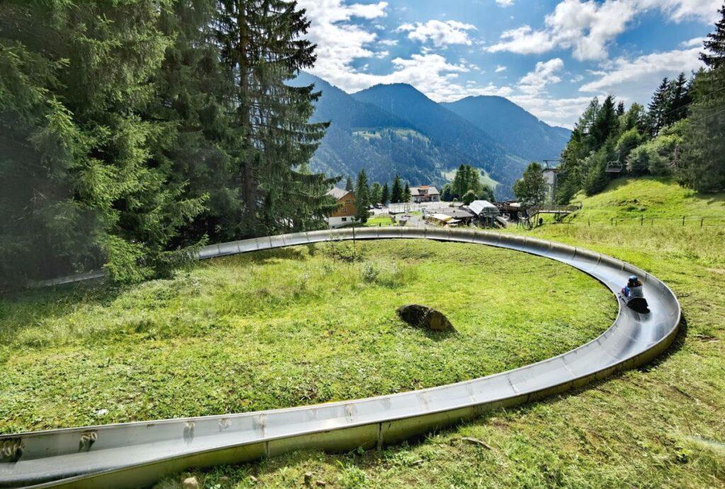 Sommerrodelbahn Laterns - weite Kurven mit Bergpanorama