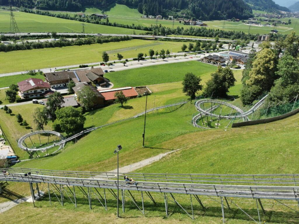 Hier die Strecke der Sommerrodelbahn Zillertal von oben gesehen: Links unten im Bild die Auffahrt, rechts die beiden Kreisel fährst du hinunter