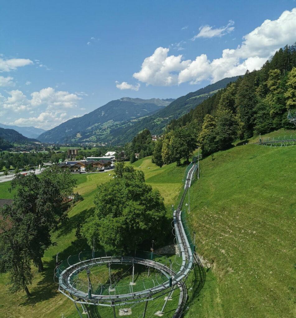 Sommerrodelbahn Zillertal: Der Blick auf einen Teil der Arena Coaster Rodelbahn samt Berge