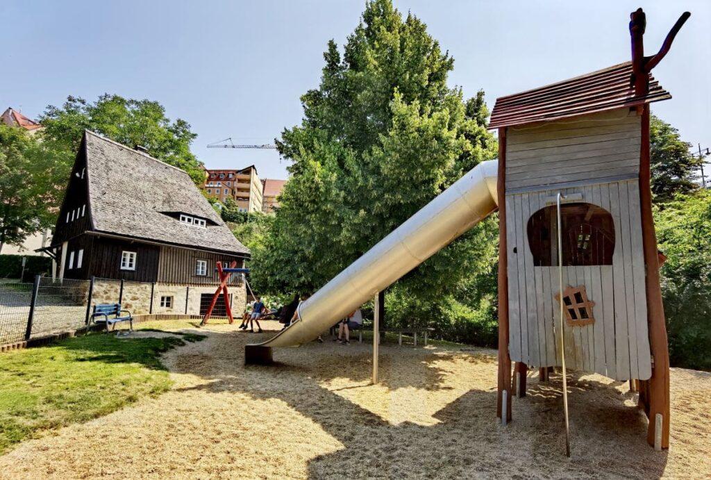 Der Spielplatz in Bautzen direkt neben dem Hexenhäuschen